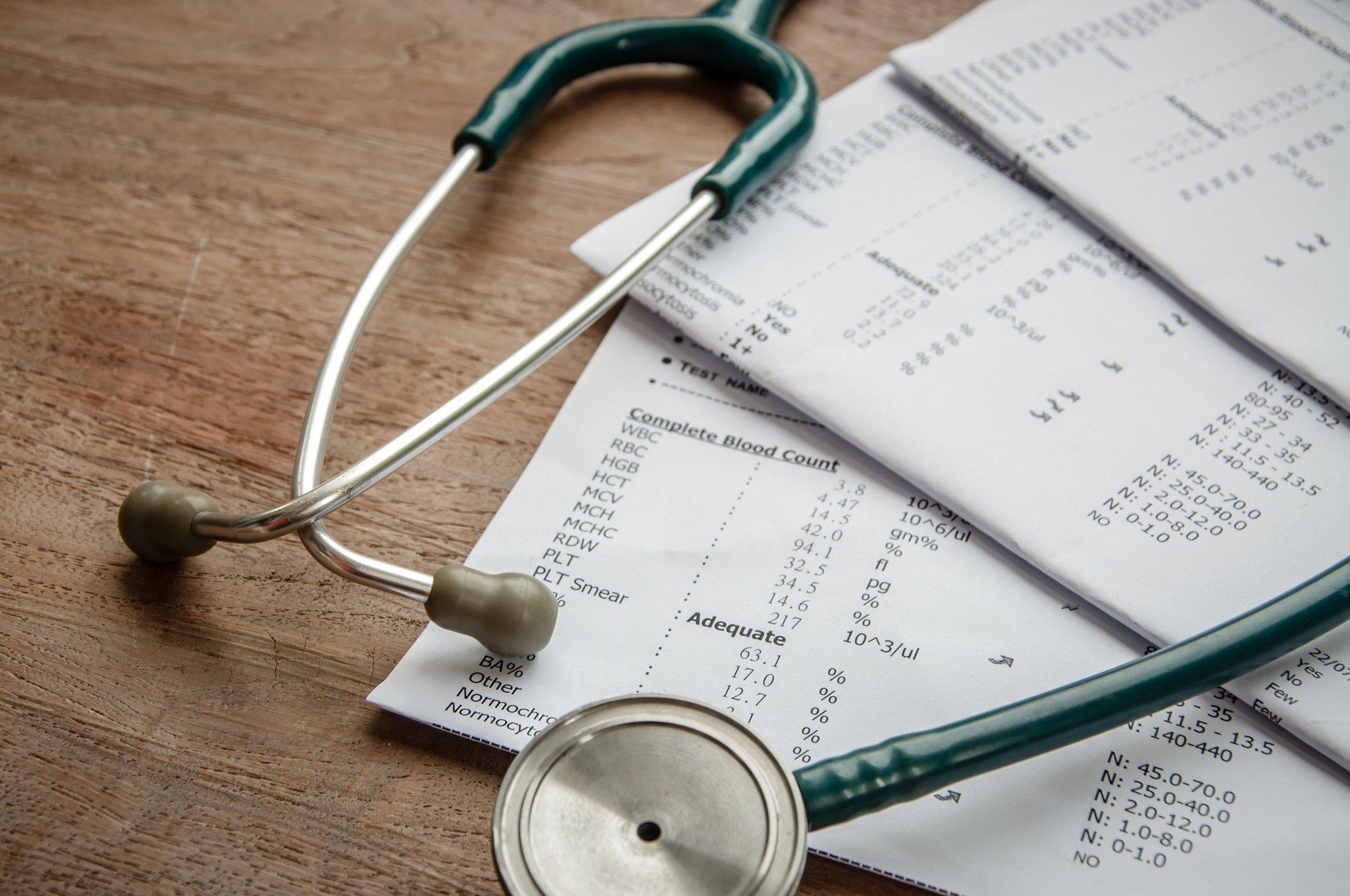 estetoscópio e resultado de laboratório, conceito de seguro médico.
