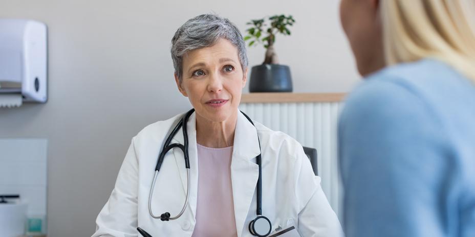 Médico em consulta para medicamentos que causam Fibromialgia